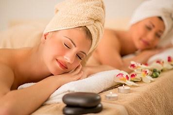 Zwei Frauen genießen eine Massage
