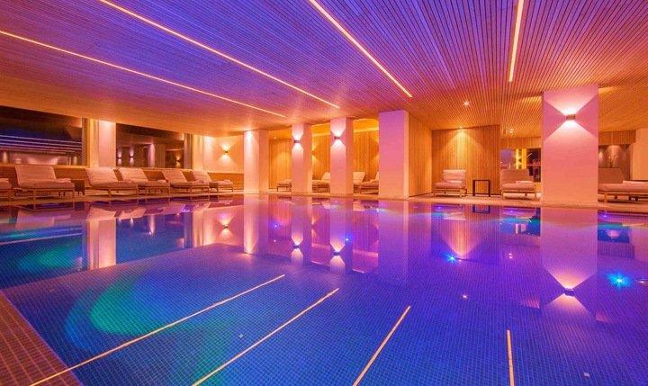 Beleuchteter Innenpool im Hotel Allgäu Sonne