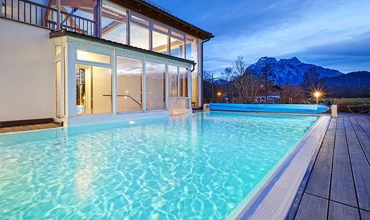 Außenpool mit Bergpanorama im Hotel Sommer