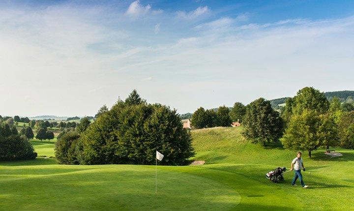 Golfspieler auf Golfanlage im Bad Griesbach Quellness- und Golfresort