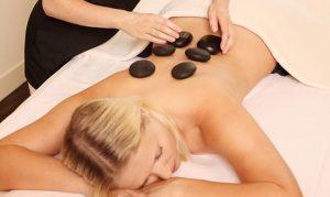Frau erhält La Stone Massage im Hotel See Park