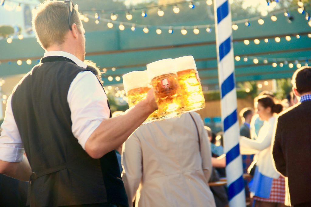 Krügen mit frisch gezapftem Bier auf dem Oktoberfest